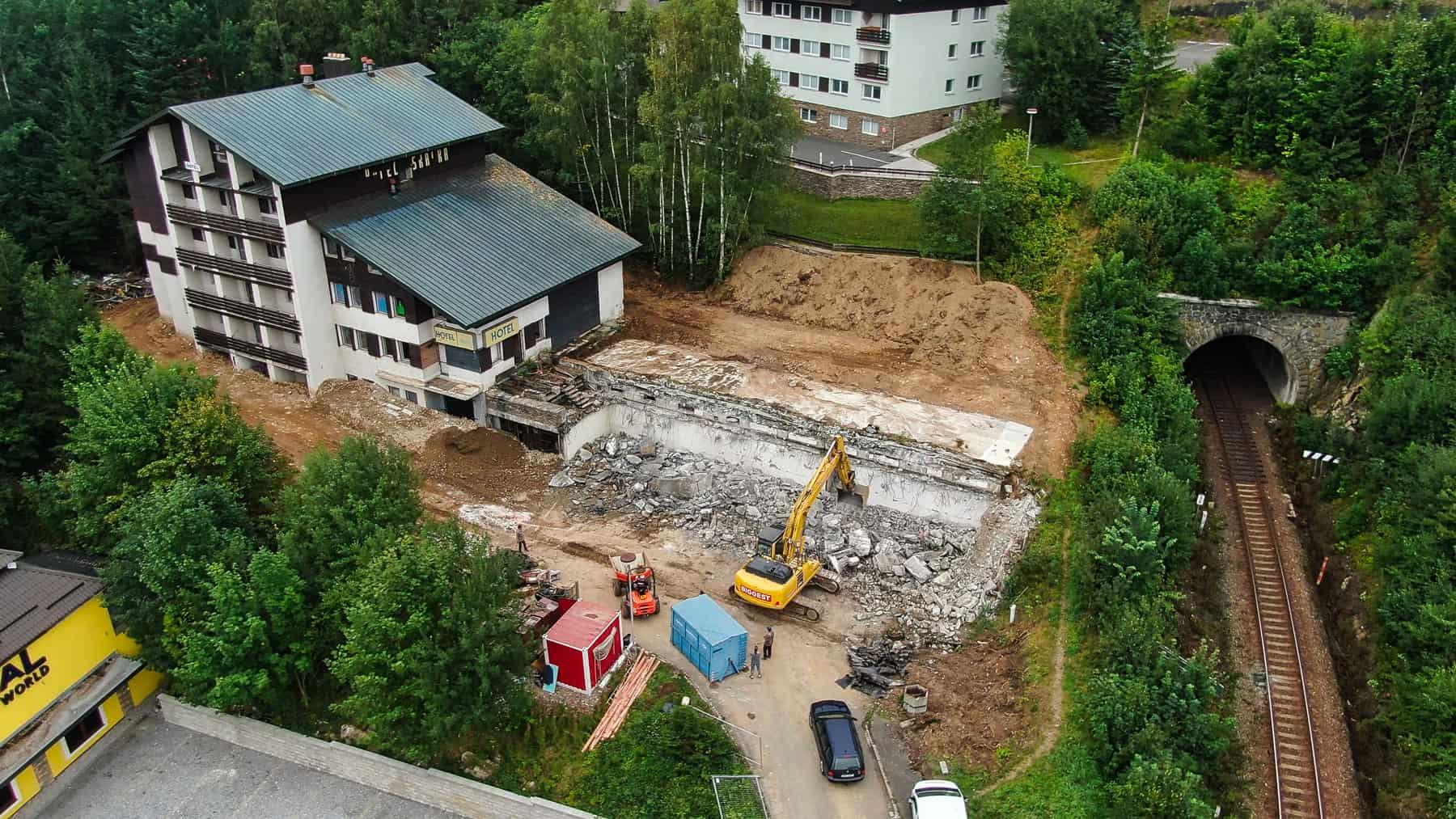 Rezidence Skalka Zelezna Ruda letecky pohled na stary hotel (1)
