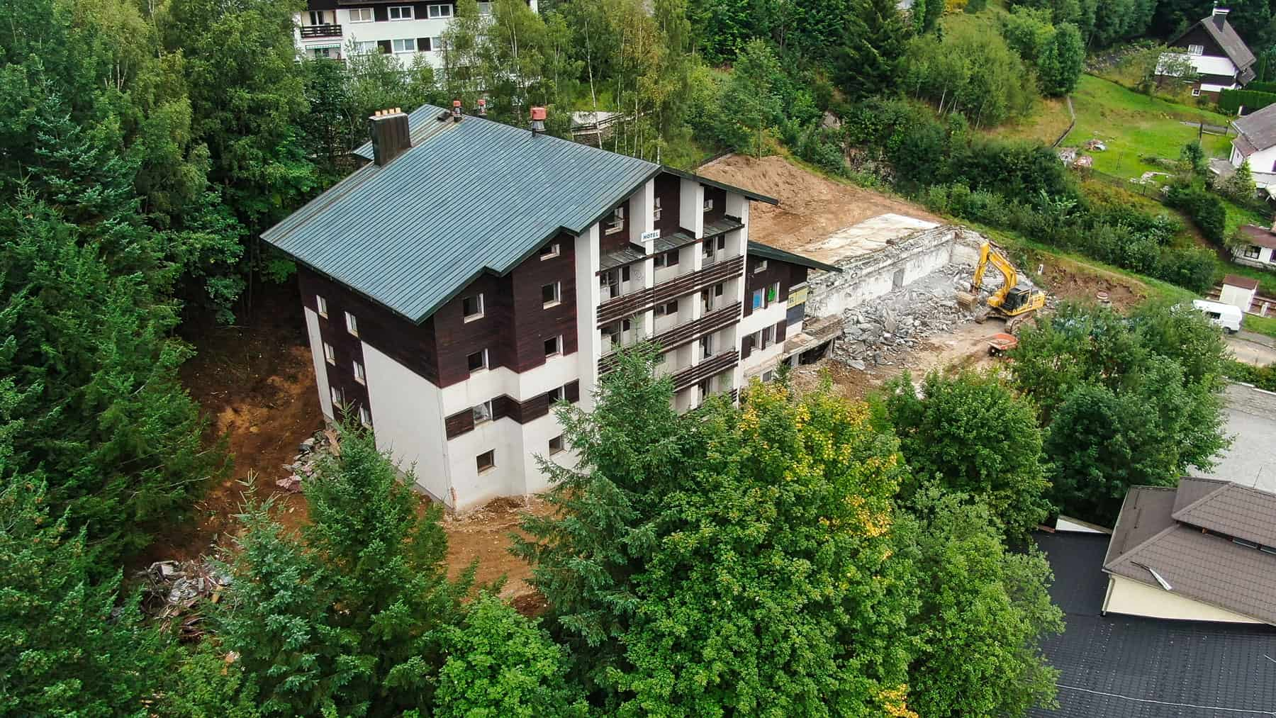 Rezidence Skalka Zelezna Ruda letecky pohled na stary hotel (2)
